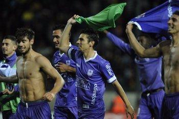 Tras el pitazo de Christian Ferreyra, el festejo de los jugadores violetas<br>