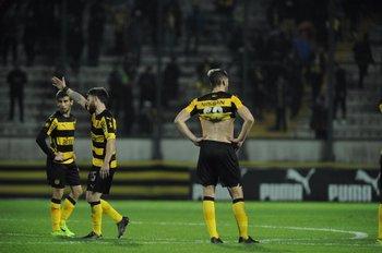 La desazón de los jugadores de Peñarol, tras la caída ante Defensor Sporting<br>
