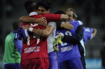 El abrazo final de los jugadores violetas tras el épico triunfo en el Campeón del Siglo<br>
