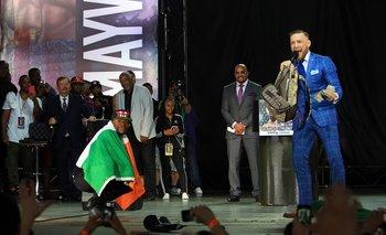 Mayweather con la bandera de Irlanda y McGregor con el dinero del estadounidense