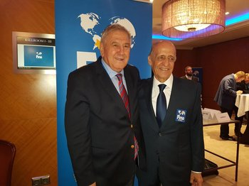 Julio César Maglione junto a Cornel Marculescu, director ejecutivo de FINA