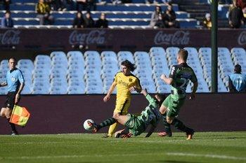 Mathías Corujo desborda por la punta derecha