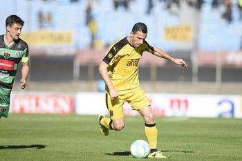 Maxi Rodríguez, en su debut oficial en Peñarol