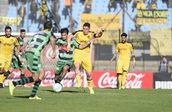 Cebolla Rodríguez disputa la pelota