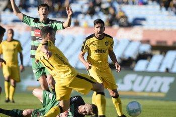 Maxi Rodríguez empuja el balón para el 2-0