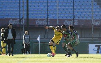 Guillermo Varela cuida la pelota ante la mirada de Leo Ramos