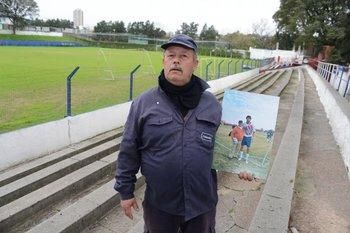 Hugo Rodríguez el utilero de Central Español con el mural con Loco Abreu en el Palermo<br>