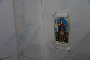 El San Expedito que quedó como recuerdo del Loco Abreu en el vestuario<br>
