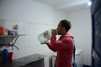 Un jugador del plantel tomando agua luego del entrenamiento<br>