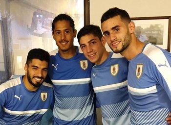 Luis Suárez junto a Mauricio Lemos, Federico Valverde y Gastón Pereiro