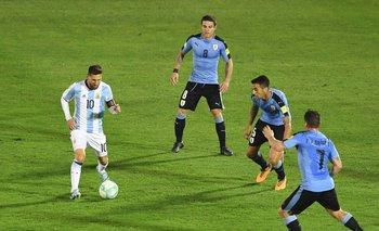 Messi con la pelota dominada ante una cortina de volantes celestes