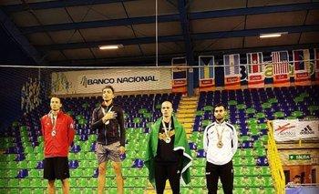 Federico González, de blanco, en el podio