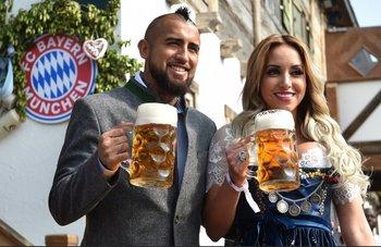 El chileno Arturo Vidal con su cerveza en mano