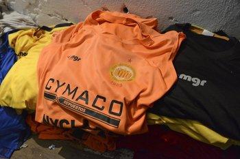 Las camisetas de entrenamiento que Julio Mozzo ayudó a colgar para secar<br>