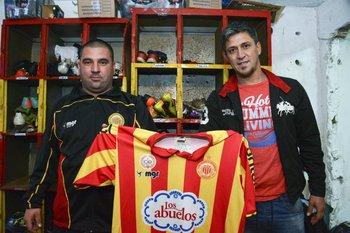El utilero Marcelo Acosta con el presidente Fabián Canobbio<br>