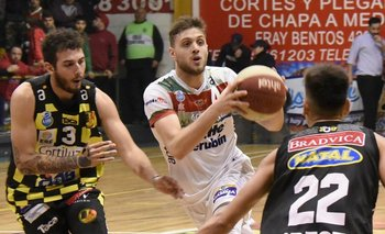 Diego García (Aguada) avanza marcado por Lepiani (Larre Borges)