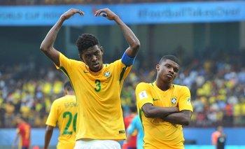 Jugadores de Brasil celebran un gol en el mundial que se juega en India<br>