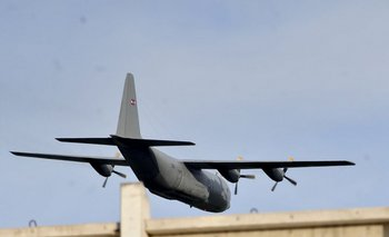 El avión militar pasó muy cerca de las tribunas del Campeón del Siglo<br>