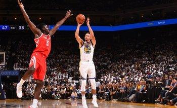 Curry tira al aro en el arranque de la temporada 2017/18 de la NBA
