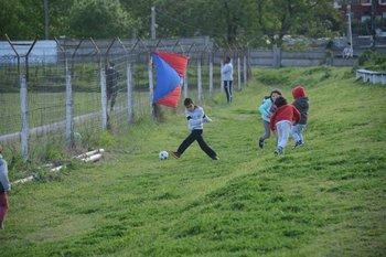 Los niños jugando en la tribuna del Parque Ancap<br>