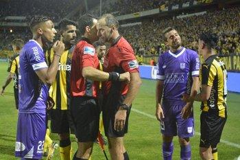 Fedorczuk en el centro de la polémica en Peñarol-Defensor Sporting
