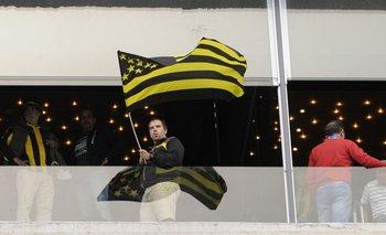 El hincha de Peñarol celebra un nuevo triunfo en el Campeón del Siglo
