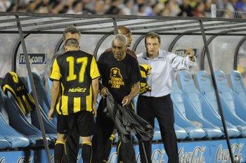 Tito, un hombre que está en todos los partidos de Peñarol y que no olvida las cábalas de Hugo Bagnulo