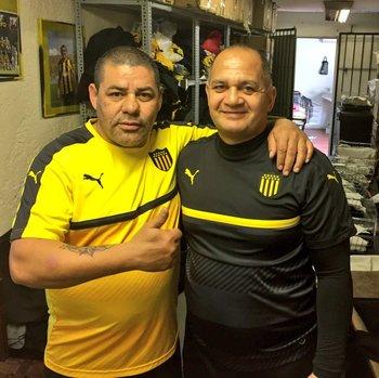 La utilería de hoy: Miguel Santos (camiseta negra) actual utilero fue jugador de Peñarol