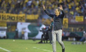 Eduardo Acevedo le pide calma a sus jugadores en la semifinal Peñarol-Defensor Sporting