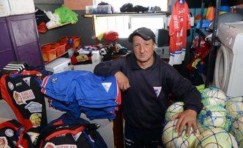 Julio Benelli fue jugador del club y desde hace años trabaja en la utilería<br>