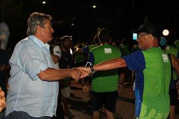 El intendente de Maldonado, Antía, saluda a un corredor
