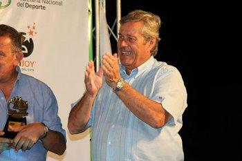 Enrique Antía, intendente de Maldonado, aplaude en la entrega de premios