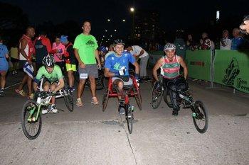 Competidores de sillas en la previa de la largada