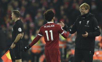 Salah, que anotó el cuarto gol de Liverpool, festeja con Klopp