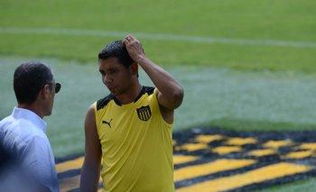 Carlos Sánchez habla con Cristian Palacios en el entrenamiento de Peñarol