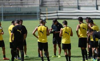 Ramos brinda las indicaciones previo al entrenamiento de Peñarol ante Progreso