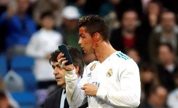 Ronaldo salió con la cara cortada y miró la herida en un celular