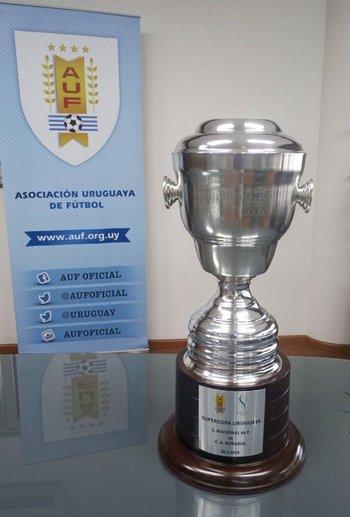 El trofeo de la Supercopa Uruguaya