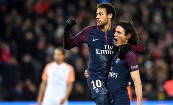 El abrazo de Cavani y Neymar
