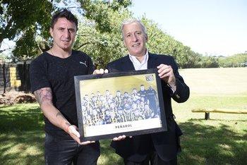 Cebolla Rodríguez y Juan Pedro Damiani recibiendo el premio de Fútbolx100 en la temporada 2017