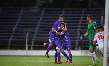El festejo del primer gol violeta, obra de Matías Cabrera, de penal<br>