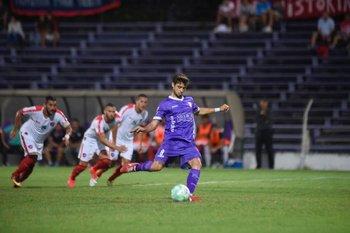 Matías Cabrera, remate el penal que significará el primer gol para Defensor Sporting, ante Atenas<br>