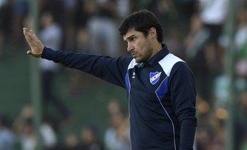 Alexander Medina acomoda a sus jugadores en Banfield-Nacional