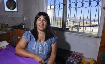 Elena Gómez en su casa de Capurro con vista a la cancha y el puerto<br>
