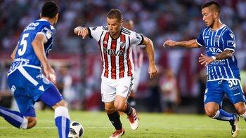 Rodrigo Mora lleva la pelota ante la marca de dos jugadores de Godoy Cruz