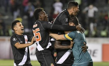 Martín Silva abrazado por sus compañeros en el festejo tras los penales