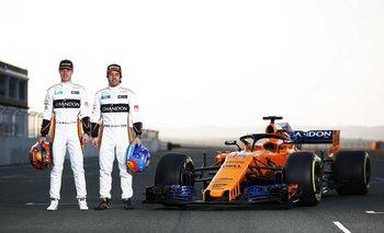 Vandoorne y Alonso con el MCL33 de McLaren