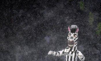 La mascota de Juventus bajo la nieve en Turín