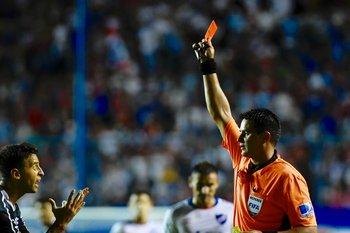Fuentes le saca la roja a Díaz