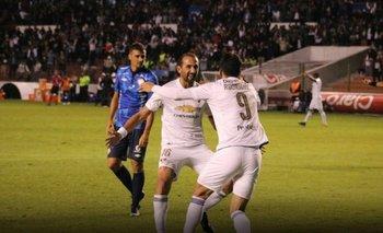Gastón festeja su primer gol en Quito junto a Barcos, leyenda del equipo blanco